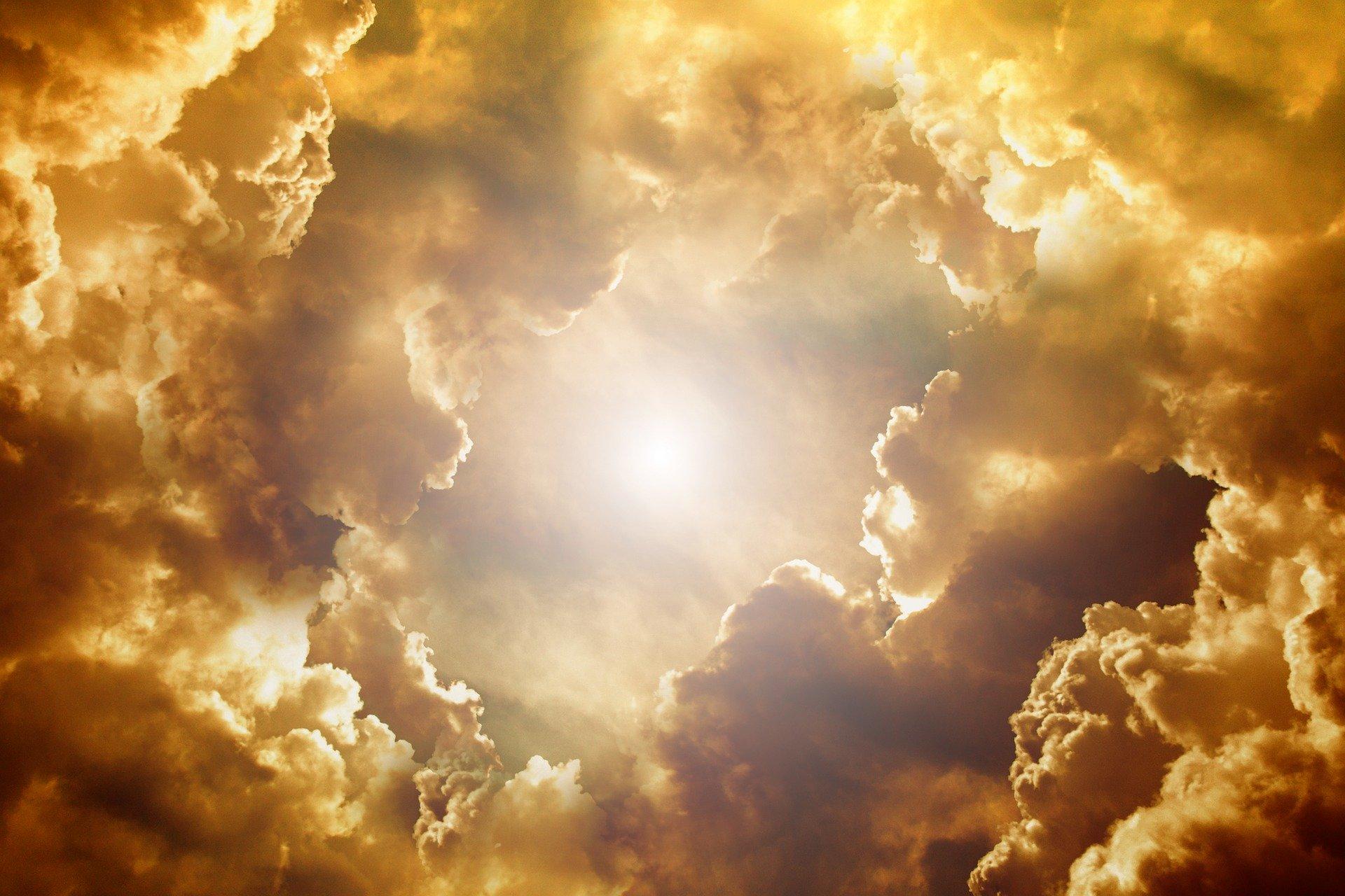 雲の隙間から見える明るい光