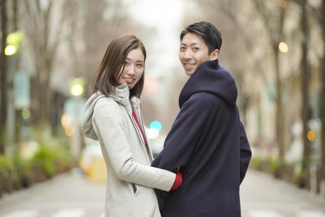 腕を組む恋人