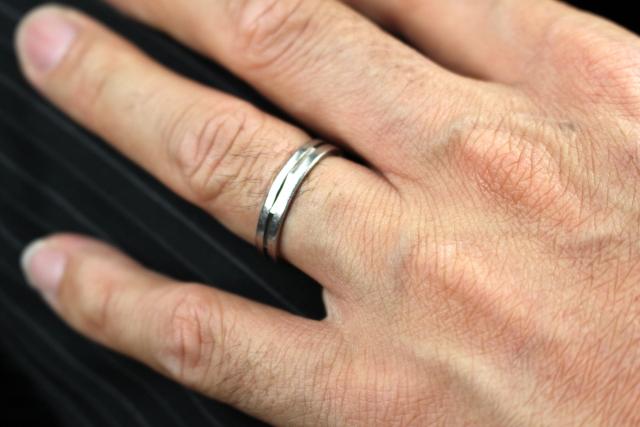 結婚指輪 男性の手