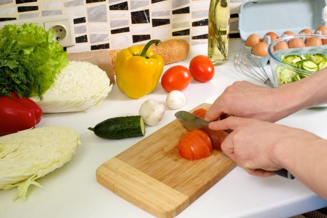 包丁で野菜を切る手
