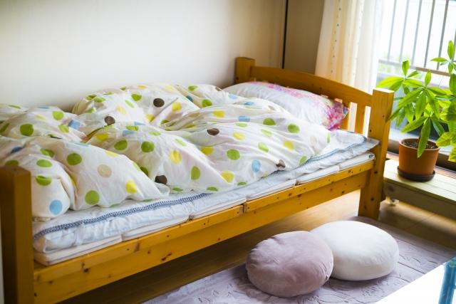 木製ベッドのある寝室