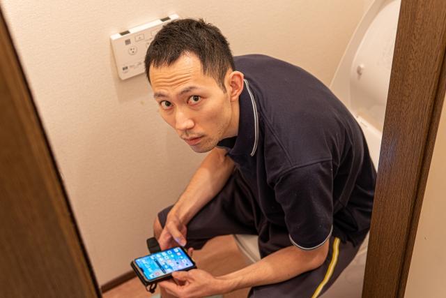 トイレでスマホを触る酸性