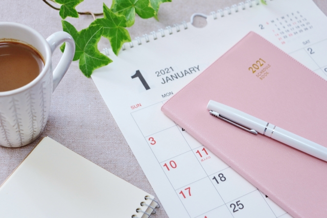 ピンクのノートとカレンダー