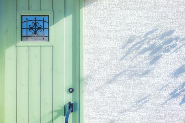 朝日を浴びる玄関ドア