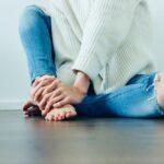 部屋で足を組んでいる女性