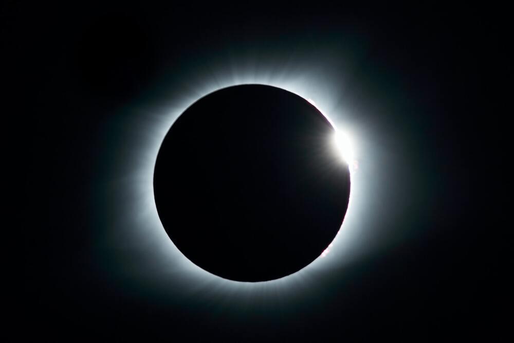 月と重なる太陽