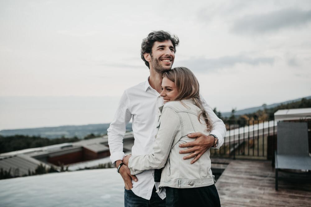 穏やかな笑顔で抱き合うカップル