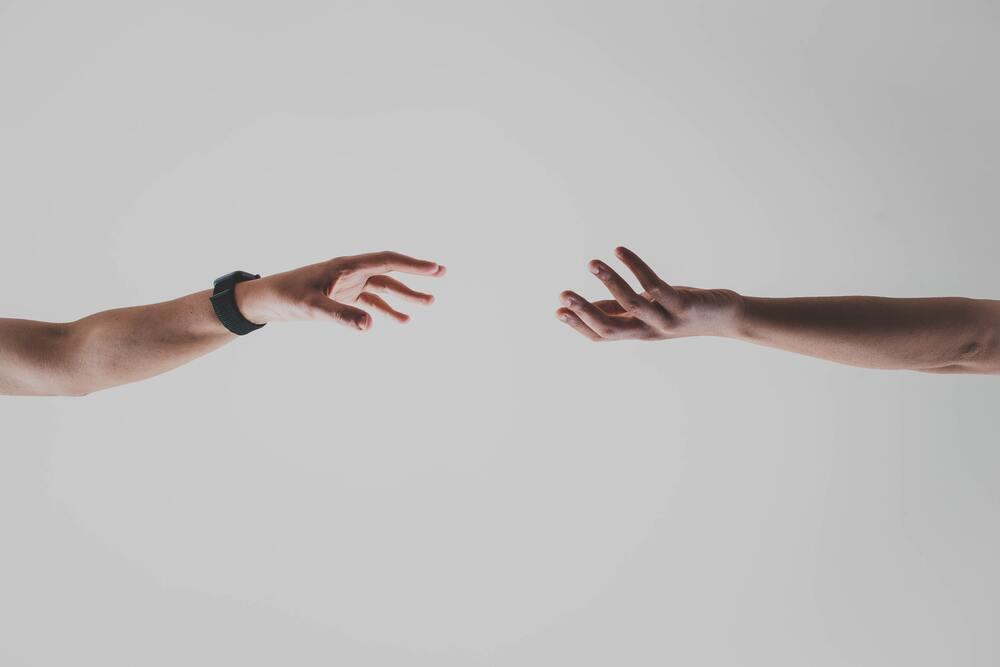 繋がろうとする二人の手