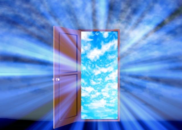 空が見えるドア