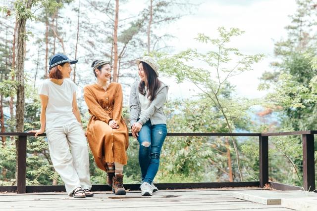 森林で話す女性たち