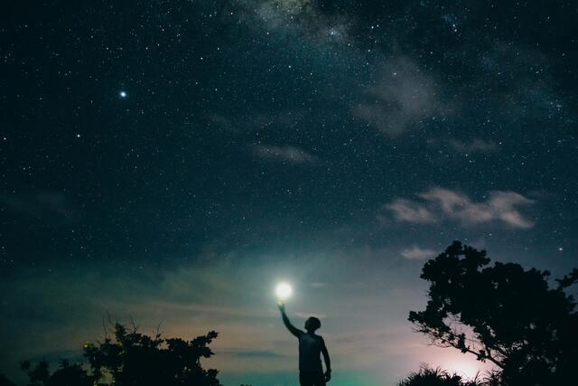 夜空に明かりを灯す人