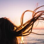 風になびく女性の髪