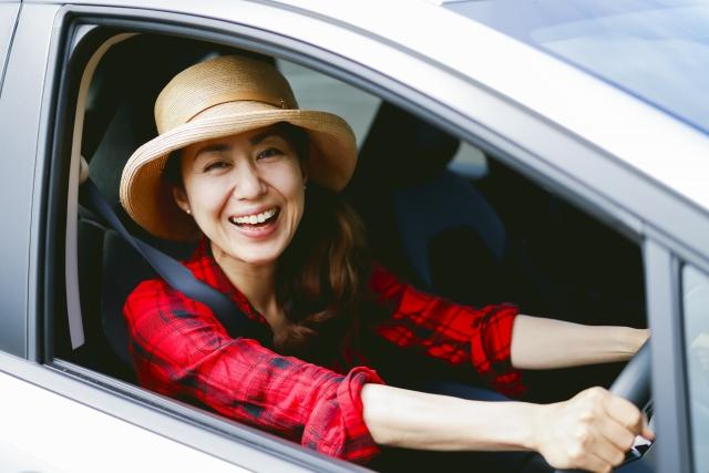 車を運転する笑顔の女性