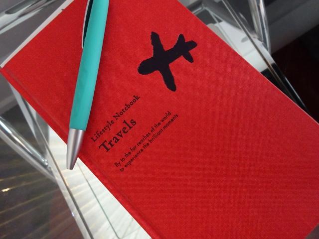 鉛筆と赤いノート