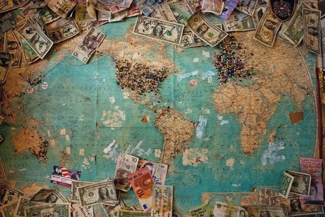 世界地図に置かれた紙幣